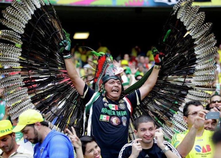 Футбольные болельщики Мексики и Бразилия